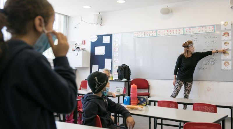 Apesar do aumento de casos, maioria das escolas abre domingo