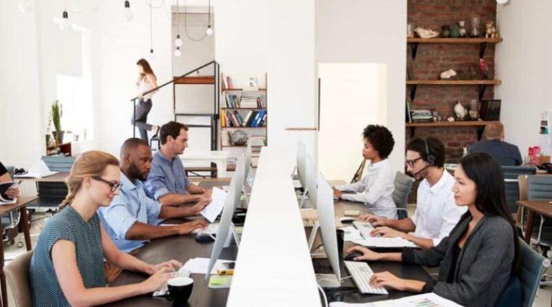 Trabalhadores gastam tempo com e-mails