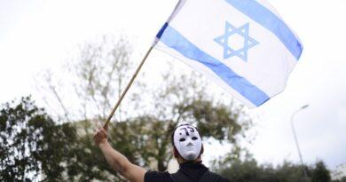 Manifestantes se reúnem em frente à Bibi