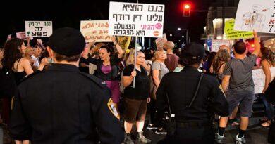 protestam em frente à casa de Bennett