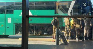 Soldados viajaram no bagageiro de ônibus